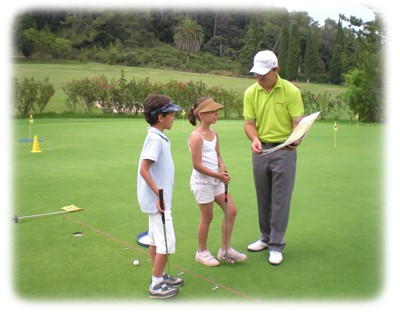 stage de golf juniors sur le putting green